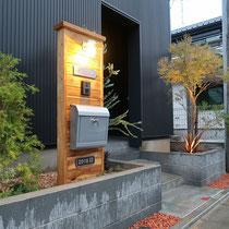 夜間には門柱に取り付けたマリンランプと植物が点灯し、エントランスを演出します。