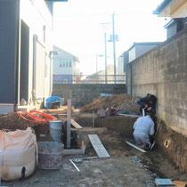 大量の土を掘削処分し、ブロック積の段取りまで来ました。