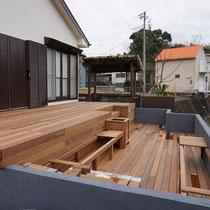 下の段には大きなベンチを造作施工します。