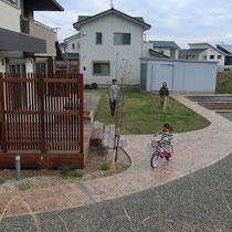 建物のお庭側、スタンプのコンクリートで園路をつくり、隅々まで散策する事ができます。