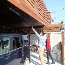 デッキの下には雨除けの波板ポリカーボネートを設置。自動車も濡れずに収納できる欲張りな仕上がりです。