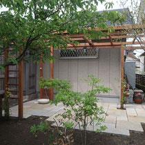 完成したパーゴラテラス、早速柱根元にモッコウバラを植栽していただきました。
