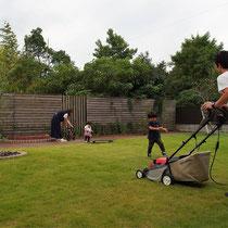 既存芝生のお手入れに集中できるよう、今回の枕木部分は雑草の心配がないナチュラルな仕上がりになりました。