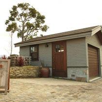石材を使ったお庭に、クールなグレーに塗装した木製ガレージを作成しました。