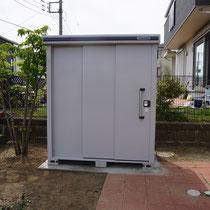 お隣様との目隠しを兼ねる物置が、コンクリート基礎に強固に固定されて完成しました。