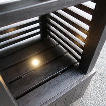 埋込ライトがひっそりと内部を照らしてくれます。