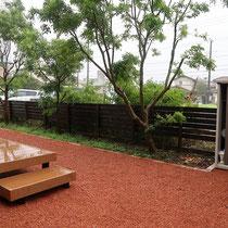 赤い瓦チップを敷きこみ、爽やかな風を感じるお庭に生まれ変わりました。