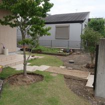 石貼りする部分を掘削し、下地にコンクリートを打設するための基礎を準備中。