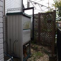 着工前、腐食したウッドフェンスや使わなくなった物置等を撤去し、とにかく雑草に悩まされないよう庭を整理します。