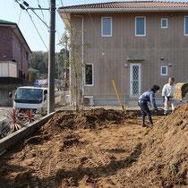 着工時、場内で切削した土を集めて築山を作ります。