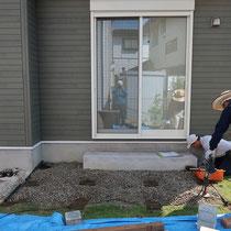 事前に敷きこんでいた防草シートをカットし、束石部分を転圧します。