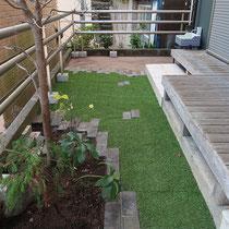 既存のレンガを再利用し、人工芝でお庭の彩りを作ります。土の面積を最小限にしてメンテナンスを最小にしました。
