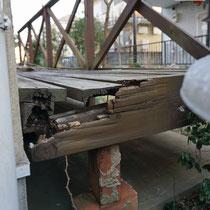 以前のデッキは見た目以上に朽ちており、とても床面には乗れないほど腐食していました。