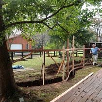 掘削した穴に仮設の柱や木枠を作成。完成度の高さを左右する大切な準備工事です。