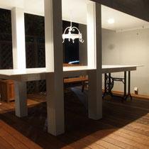 夜のライトアップ、渡り廊下の天井にはダウンライトが配置され、まっさらな人工大理石が鮮やかに輝きます。