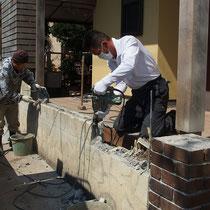 作業中、既存のブロック塀を低く切断し、植栽スペースを外から見えるようにします。