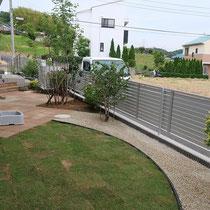 芝生は最小限の面積で、ガーデンエッジで囲いを作り管理を楽にしました。