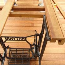 テーブルの足には古くからあったミシンの網足を配置、洗練されたテーブルにレトロ感をプラスしました。
