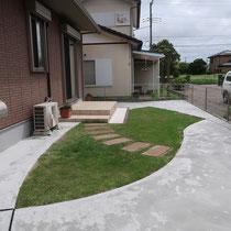 流線形で区切られたコンクリート舗装が模様のように仕上がりました。芝生の面積を最小限に絞った雑草対策。