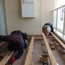 構造部はサイプレス材+鋼製束です。お部屋よりも高い床仕上がポイント。