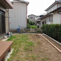 見切りの石貼りとレンガ縁石が終了。あとは時期を置いて芝貼りと生垣作成をします。