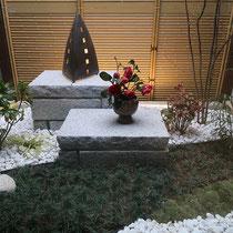 弊社で坪庭完成後、建築工事の人工竹垣が取り付けられた坪庭。玄関の正面に位置し、お住いの顔となる場所に和風庭園が出来ました。