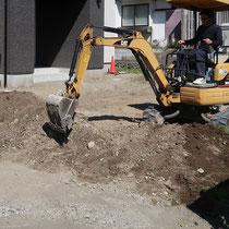 まずは水勾配を設定し、敷地全体の掘削と盛土を確認・調整していきます。