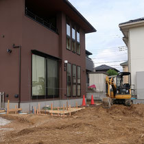 施工前、大きな窓の目隠しを兼ねるスクリーンブロックやフェンスなどを効果的に配置していきます。