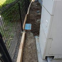 まずはフェンスブロックの間を掘削、傾斜状況に合わせてサイプレスの土留め板を切断、設置します。