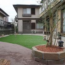 広々とした人工芝のお庭ができました。中心には日よけポールを配置し、ワンちゃんリードが絡まらないようクルクル回るようにしました。