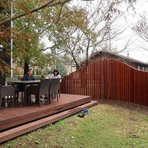 流線形の目隠しは、高すぎず低すぎず程よく心地の良い壁となり、家族のプライベートを守るお庭のスクリーンになります。