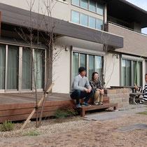 完成後の記念撮影、大きな掃出し窓の前に広がるウッドデッキで、お庭に出る機会が増えれば幸いです。