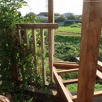 既存のウッドフェンスを切断し、新たに作ったウッドデッキと連結します。