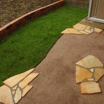 芝生は手入れが心配との事で最小限にして、寛ぎスペースは固まる土を頑丈にして施工。乱貼り石も散りばめます。