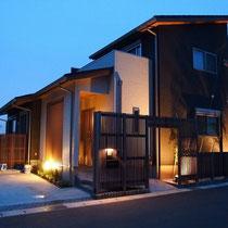 夕方のライトアップ、表札回りだけでなく数か所に設置した間接照明で建物が美しく演出されています。
