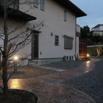 サークル側から見たお庭、ライトアップで照らされたスタンプコンクリート舗装が美しいです。