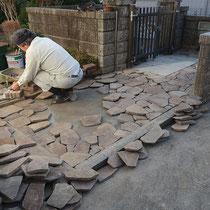 石貼り作業中、まず配置を決めてから、モルタルで固定します。