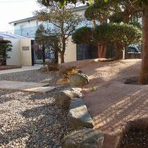 お庭の雑草対策、既存の石積を境に砂利敷と固まる土舗装を区分けしました。