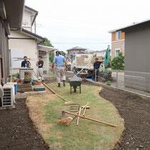 既存の芝生を一部残し、不要な部分を撤去処分。舗装する場所は土を掘り下げてから砕石を転圧し、コンクリート舗装をします。