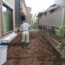 まずは雑草を処理し、土を整地してならします。
