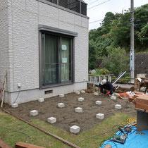 いよいよ着工、既存の水栓を移設してから束石を設置していきます。