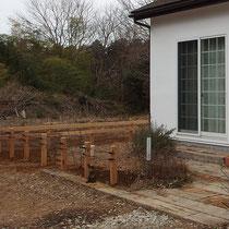 アイアンフェンスの取付完了後、これから植物も植えられフェンス柱も落ち着いてくれば、家との相性が高まります。