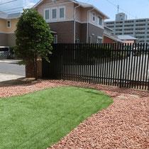 芝生を撤去後、全面に雑草防止シートを敷設し一部に人工芝を貼ります。