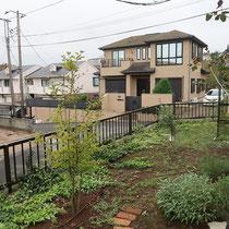 施工前、道路から高台となるお庭は見晴らしも良いけど、外からもよく見えます。