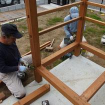 フェンスの柱も束から立ち上げるので、ぐらつかず頑丈