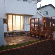 夜のしっとりしたお庭もライトアップされ、思わずお部屋から眺めたくなります。シェードはたたんだ状態ですが、シーズンオフは取外し可能。