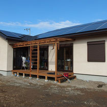 ウッドデッキ完成。生活の一部となる屋根付きの遊び+洗濯空間です。