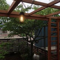 ガーデンライトはお洒落なブラックマリンライト、ペンダントタイプになって鎖で吊るされています。