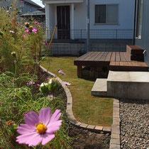 芝生と花壇の見切りにジャワ鉄平石を利用。高さを揃えて草刈機が使いやすいように施工しました。