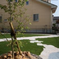 ご希望のモミジを洋風にアレンジ植栽。最小限のお手入れで済むようにしています。